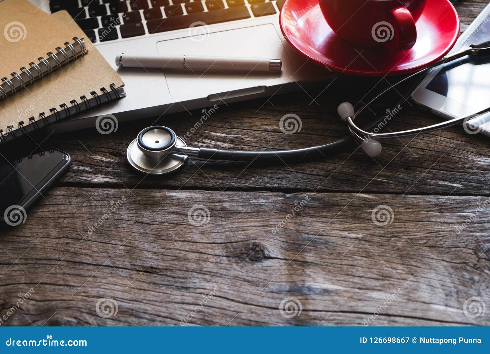 Smartphone d ordinateur, coffeecup, dans le bureau de docteur