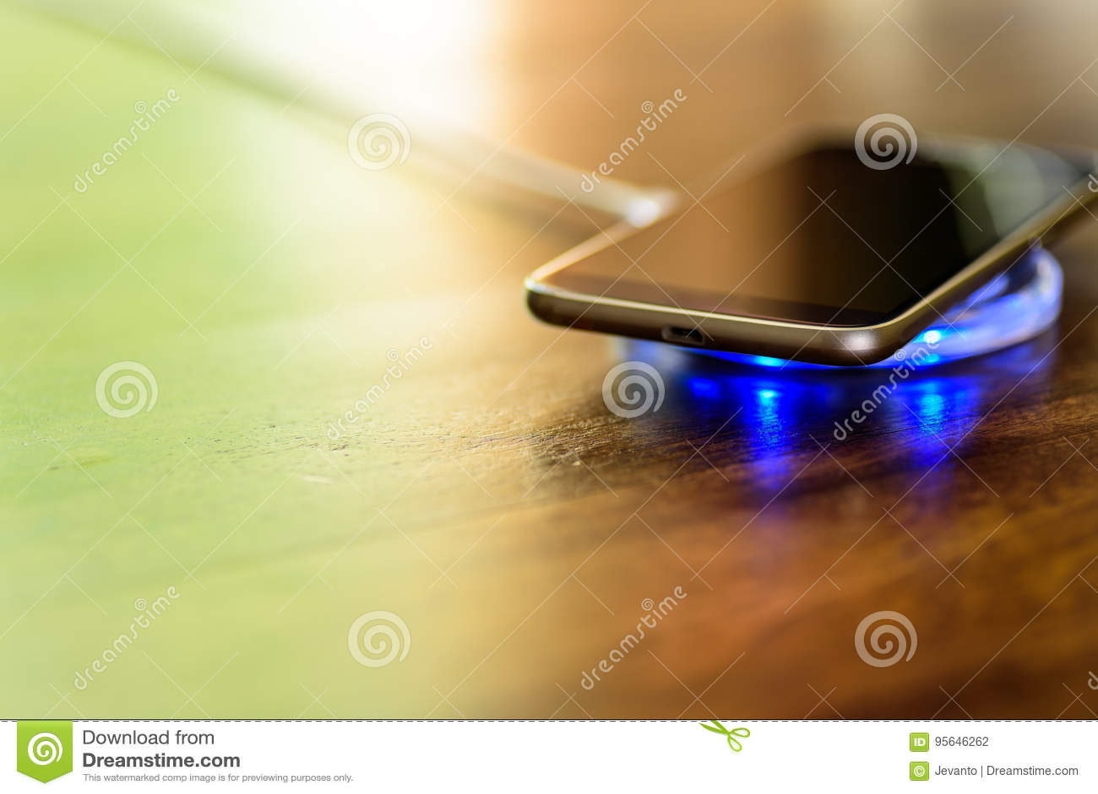 Smartphone, das auf einer Aufladungsauflage auflädt Drahtlose Aufladung