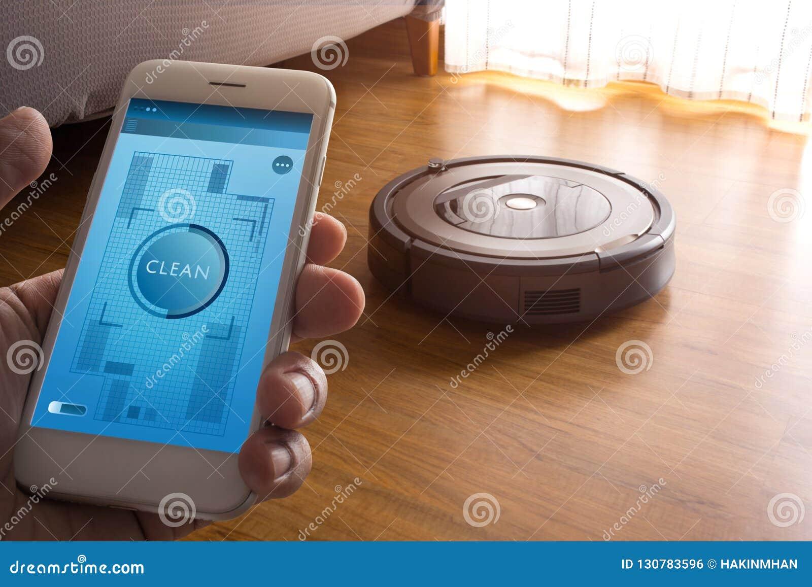 Smartphone de participation de main avec l aspirateur de robot de contrôle d application