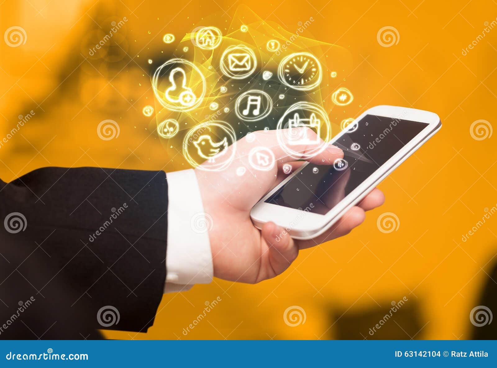 Smartphone della tenuta della mano con le scelte mobili di app