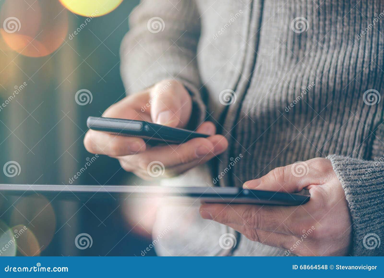 Smartphone e sincronização dos dados da tabuleta, arquivos syncing do homem