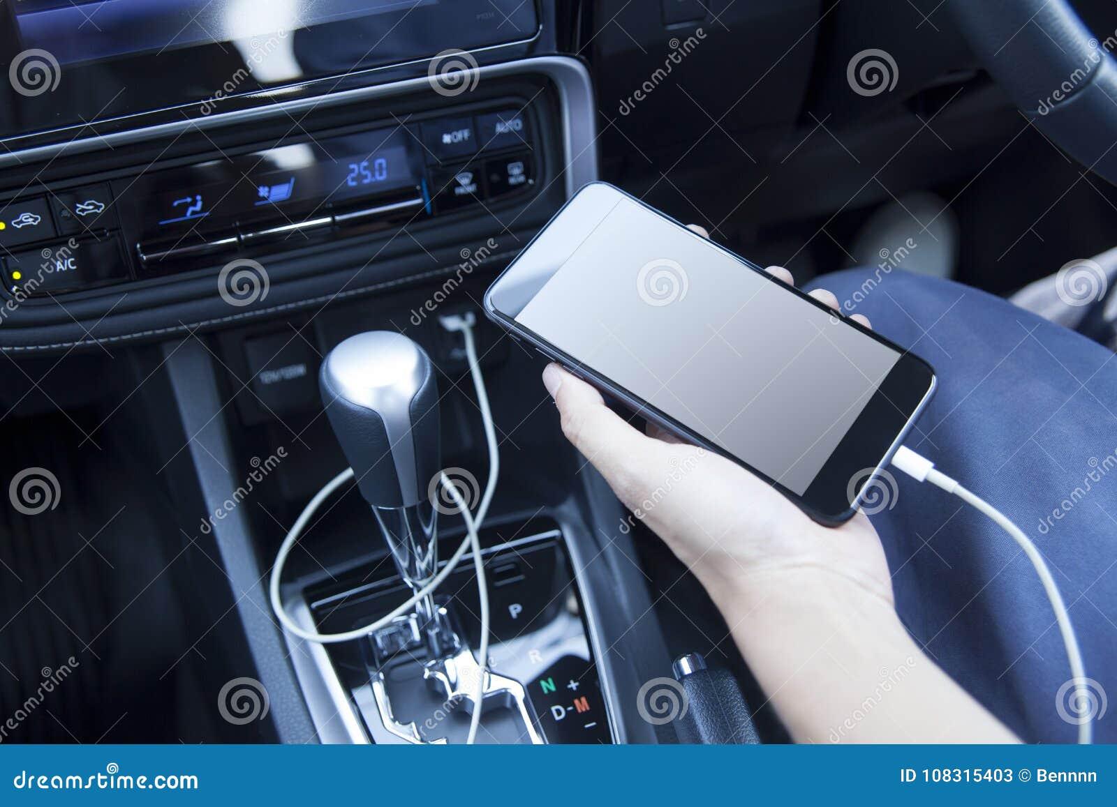 Smartphone in een autogebruik voor Navigate of GPS