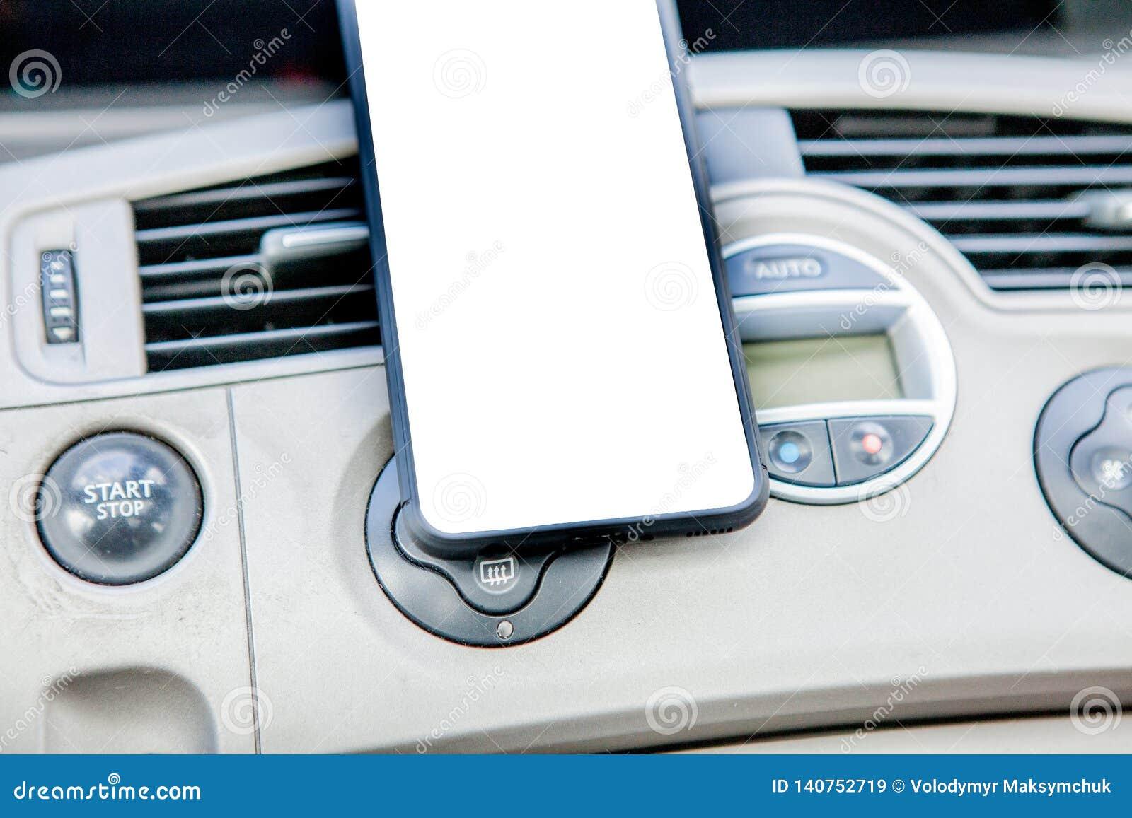 Smartphone in een autogebruik voor Navigate of GPS Het drijven van een auto met Smartphone in houder Het mobiele telefoon witte s