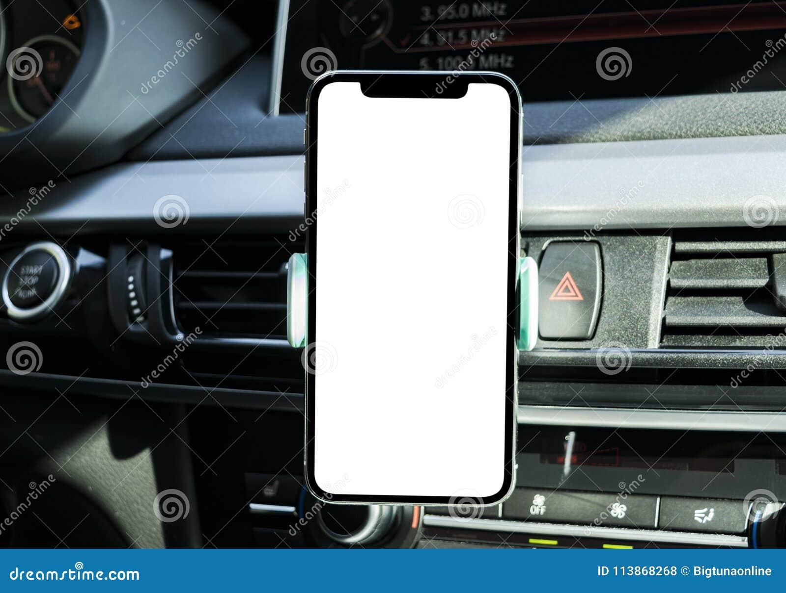 Smartphone in een autogebruik voor Navigate of GPS Het drijven van een auto met Smartphone in houder Mobiele telefoon met het wit