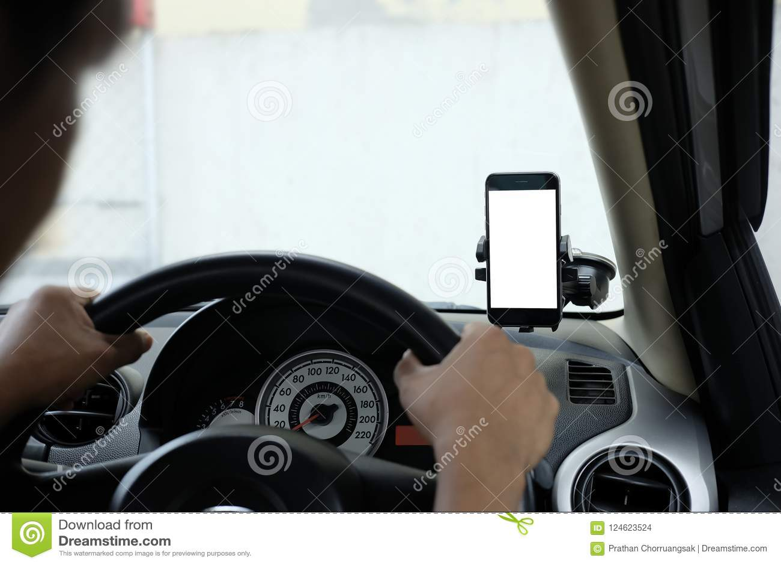 Smartphone in een autogebruik voor Navigate of GPS Smartphone in houder Mobiele telefoon met het ge?soleerde witte scherm