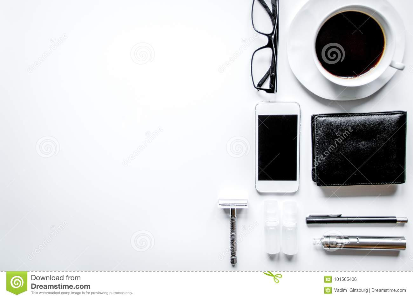 Smartphone, elektronisk cigarett och sikt för tillbehör för man` s bästa