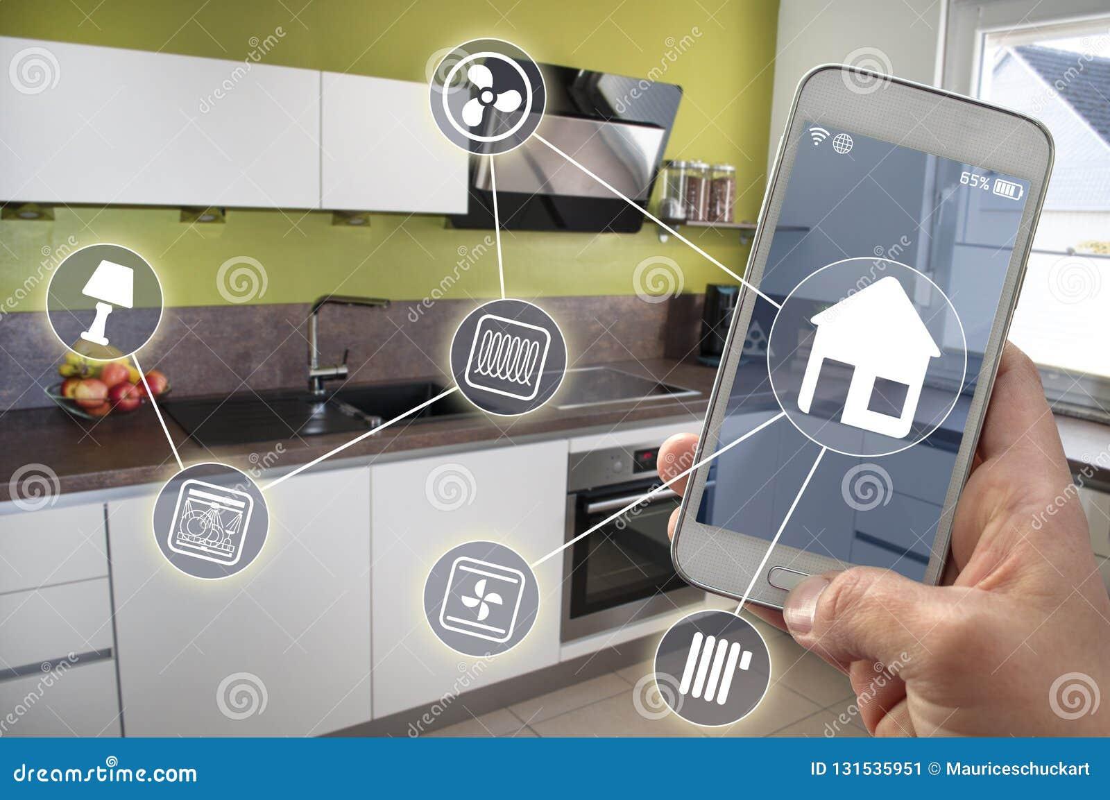 Smartphone em uma mão em uma cozinha