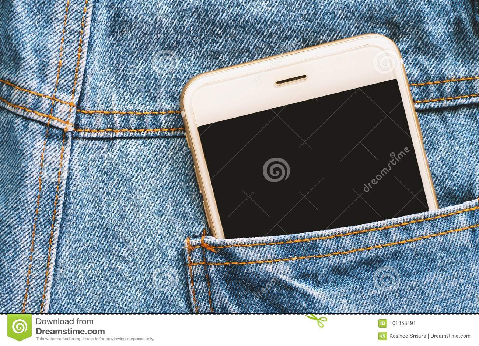 Smartphone en la parte de atrás de la mezclilla del azul del bolsillo