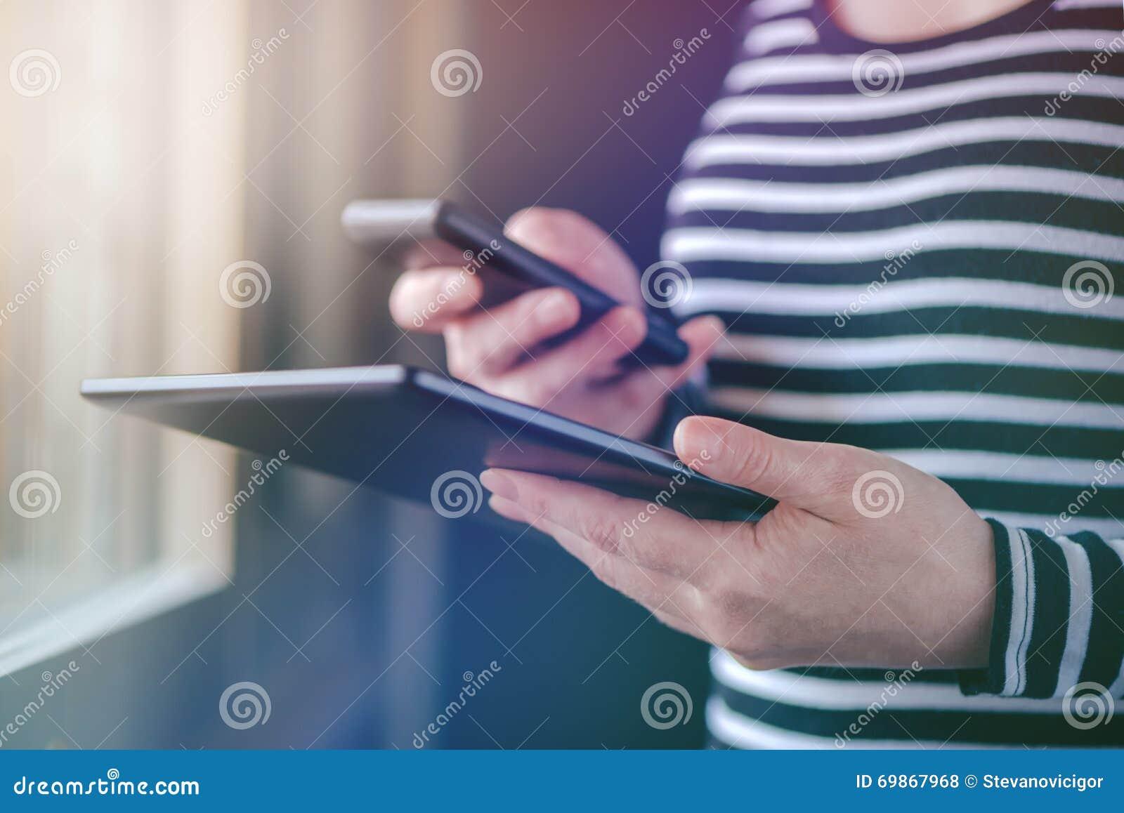 Smartphone et synchronisation de données de comprimé, dossiers syncing de femme