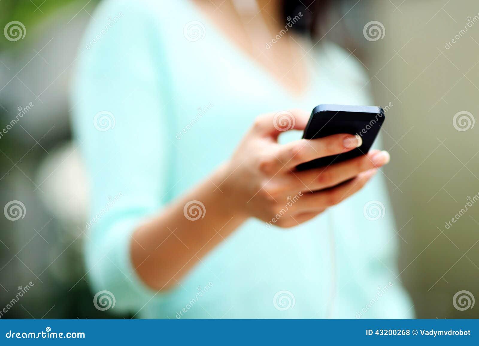 Download Smartphone Genom Att Använda Kvinnan Arkivfoto - Bild av armhåla, skrivande: 43200268