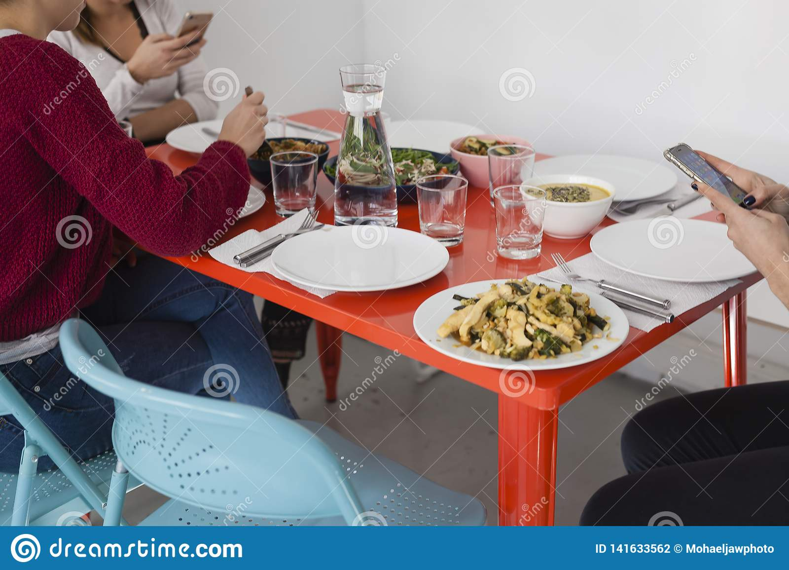 Smartphone genom att använda på matställetabellen