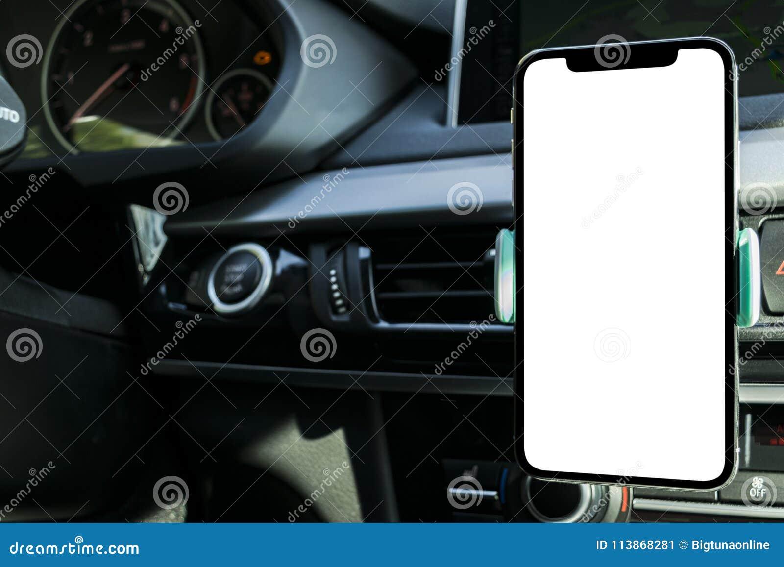 Smartphone i ett bilbruk för Navigate eller GPS Körning av en bil med Smartphone i hållare Mobiltelefon med den isolerade vita sk