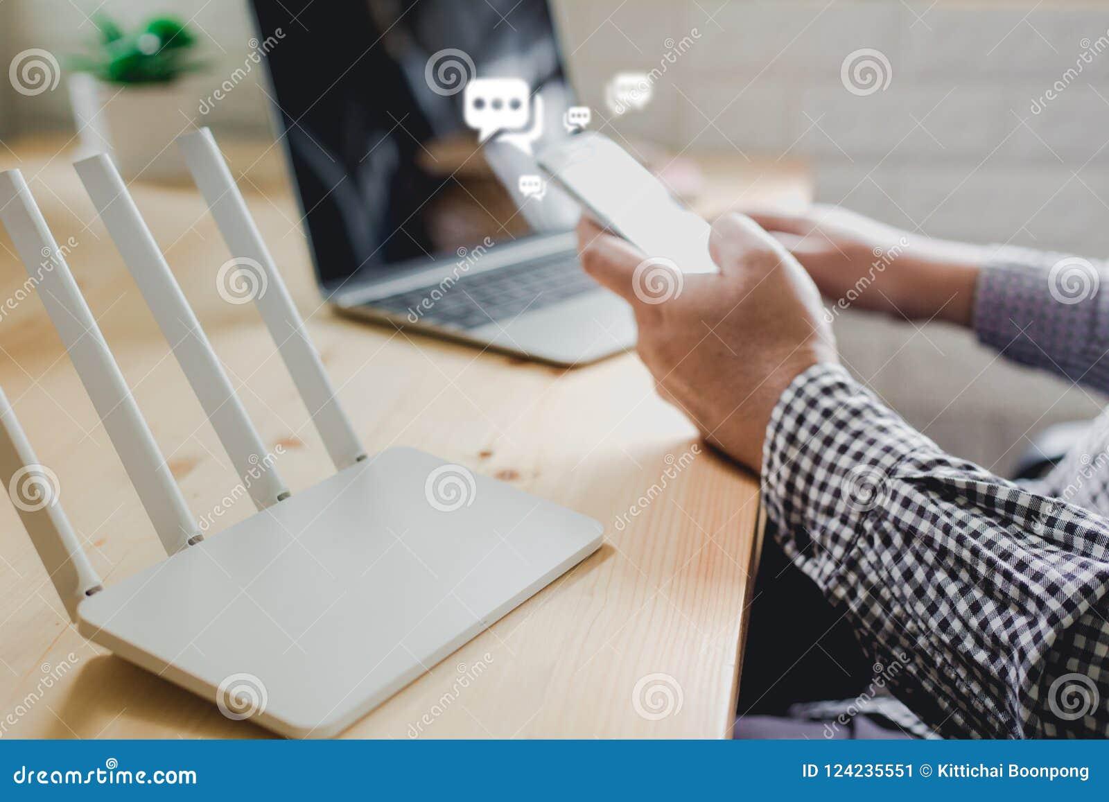 Smartphone móvel do uso da mão do homem, Live Chat Chatting no applicatio