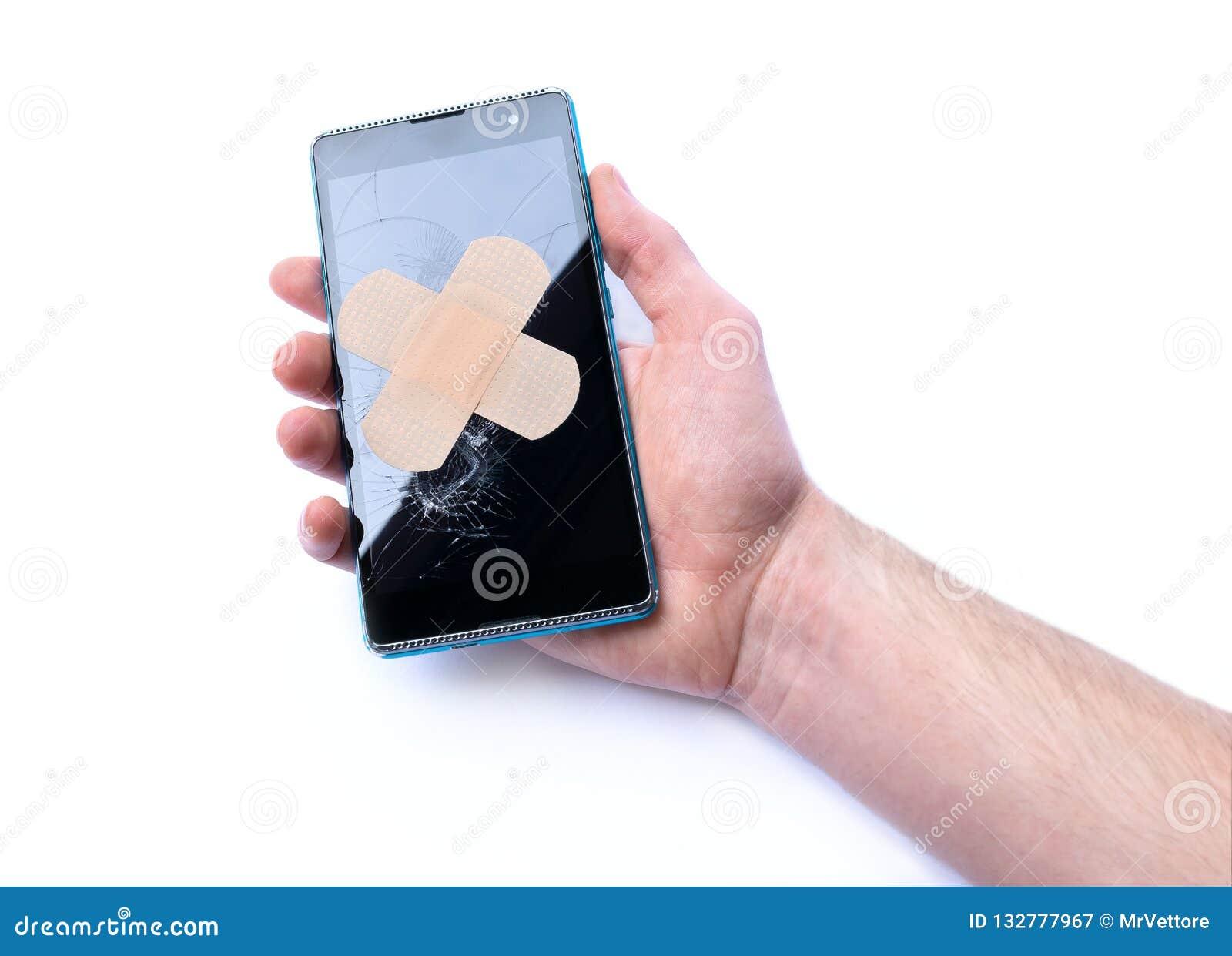 Smartphone med sprucken skärm i hand och bindemedel förbinder begrepp av reparationstelefoner