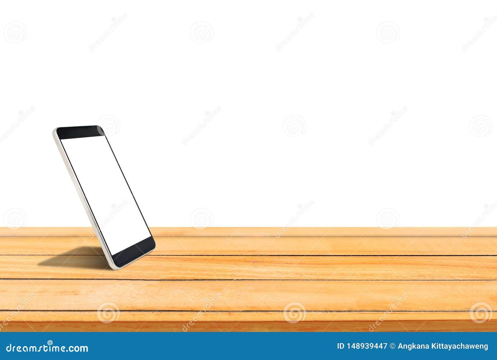 Smartphone mit dem leeren weißen Schirm gesetzt auf den Holztisch lokalisiert auf weißem Hintergrund