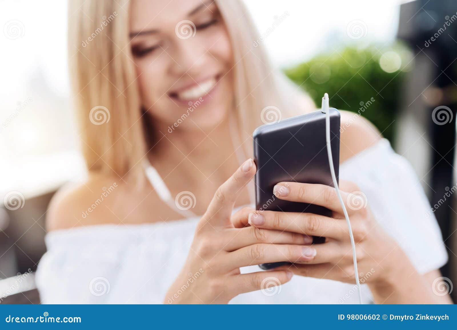 Smartphone moderne étant employé pour écouter la musique