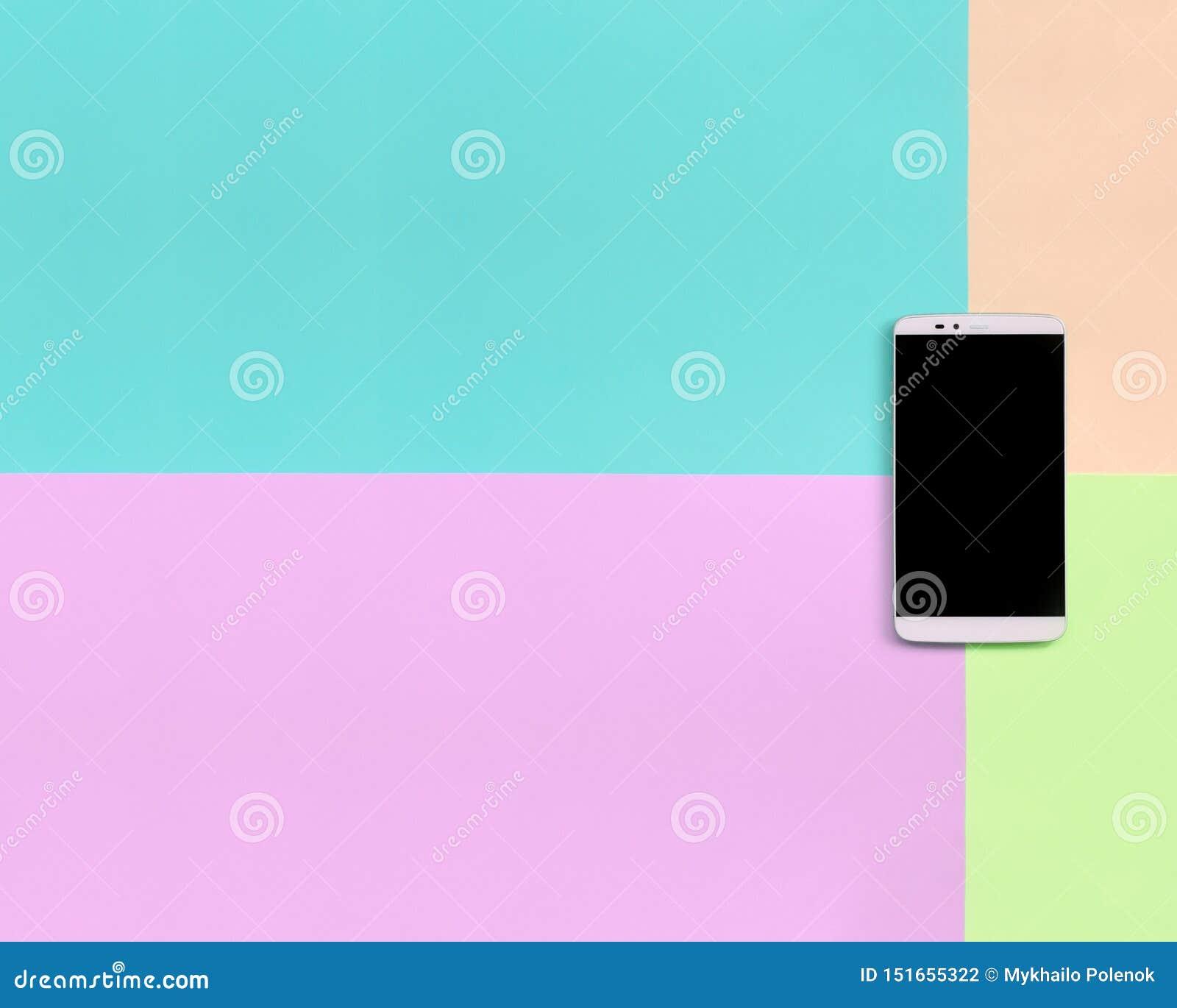 Smartphone moderne avec l écran noir sur le fond de texture de couleurs en pastel roses de mode, bleues, de corail et de chaux