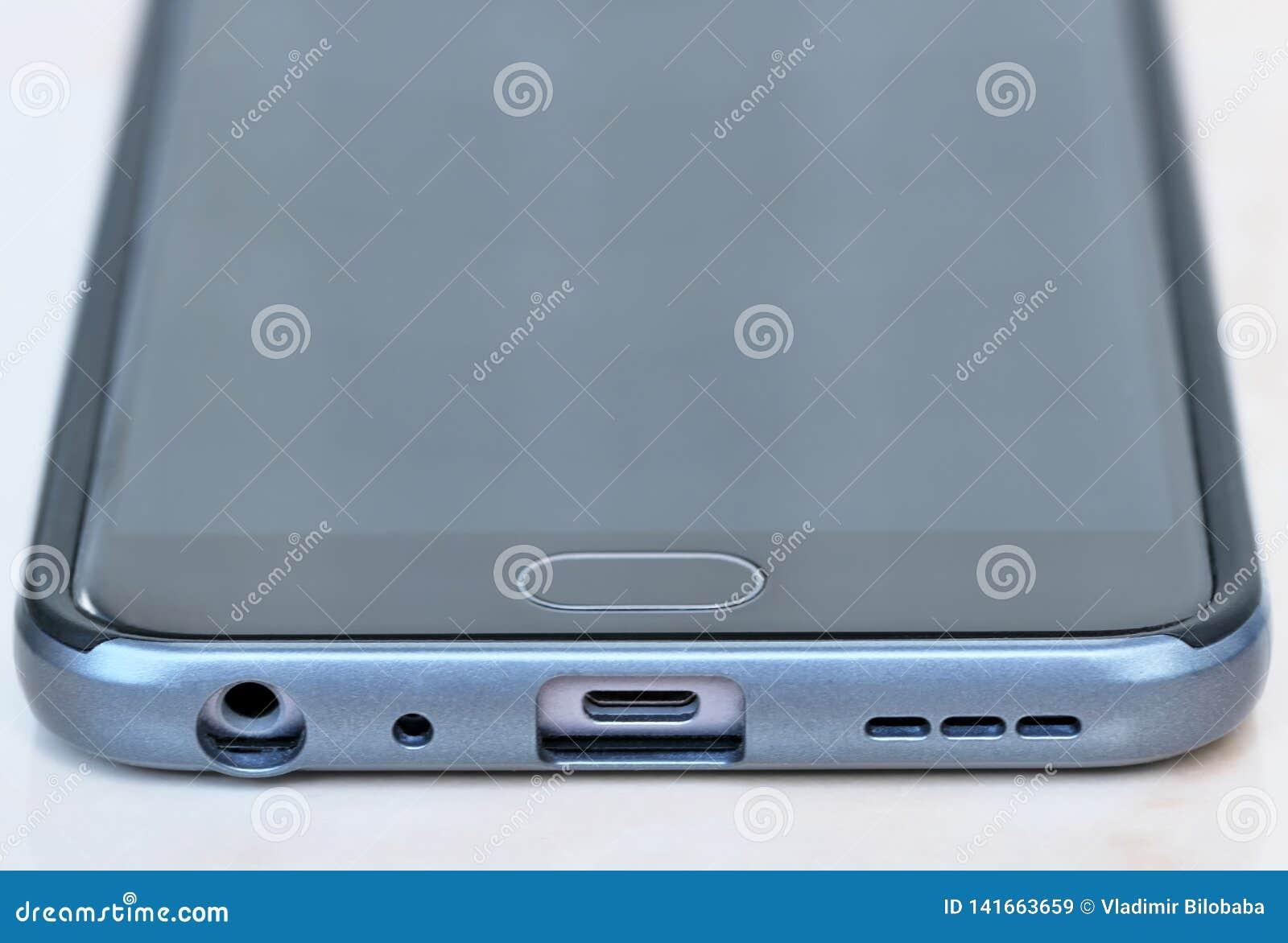 Smartphone moderno de los conectores micro
