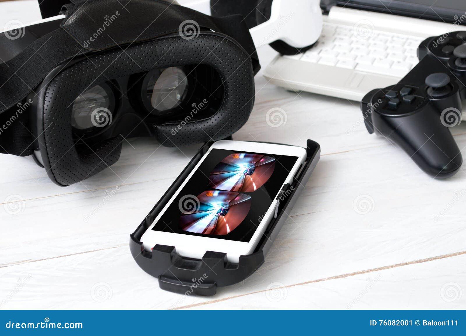 Smartphone s étendant sur le bureau et préparé pour jouer avec VR google