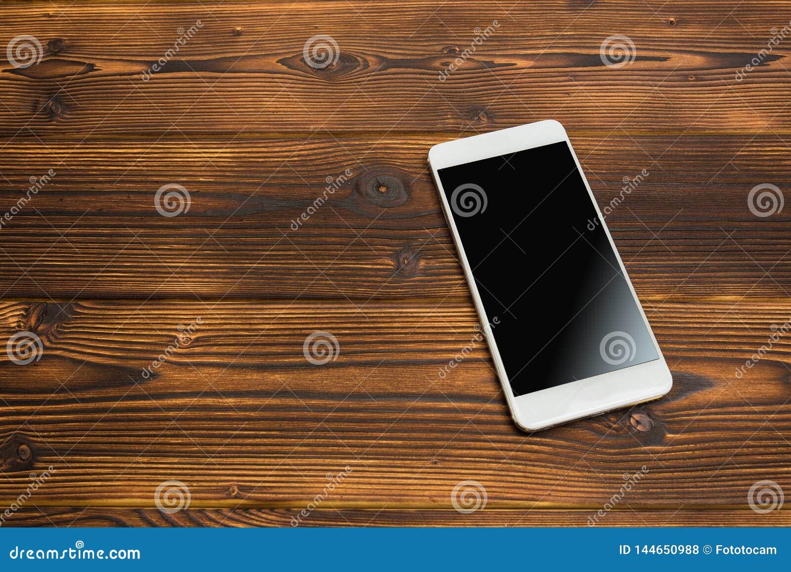 Smartphone sur le fond en bois