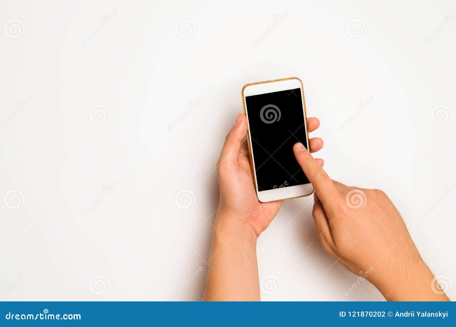 Smartphone, telefoon in mannelijke handen op een witte achtergrond Het concept mededeling gebruik van gadgets, moderne technologi