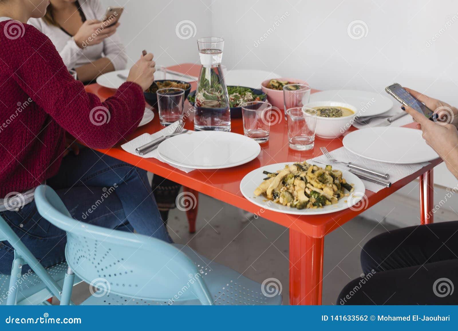Smartphone używać na obiadowym stole