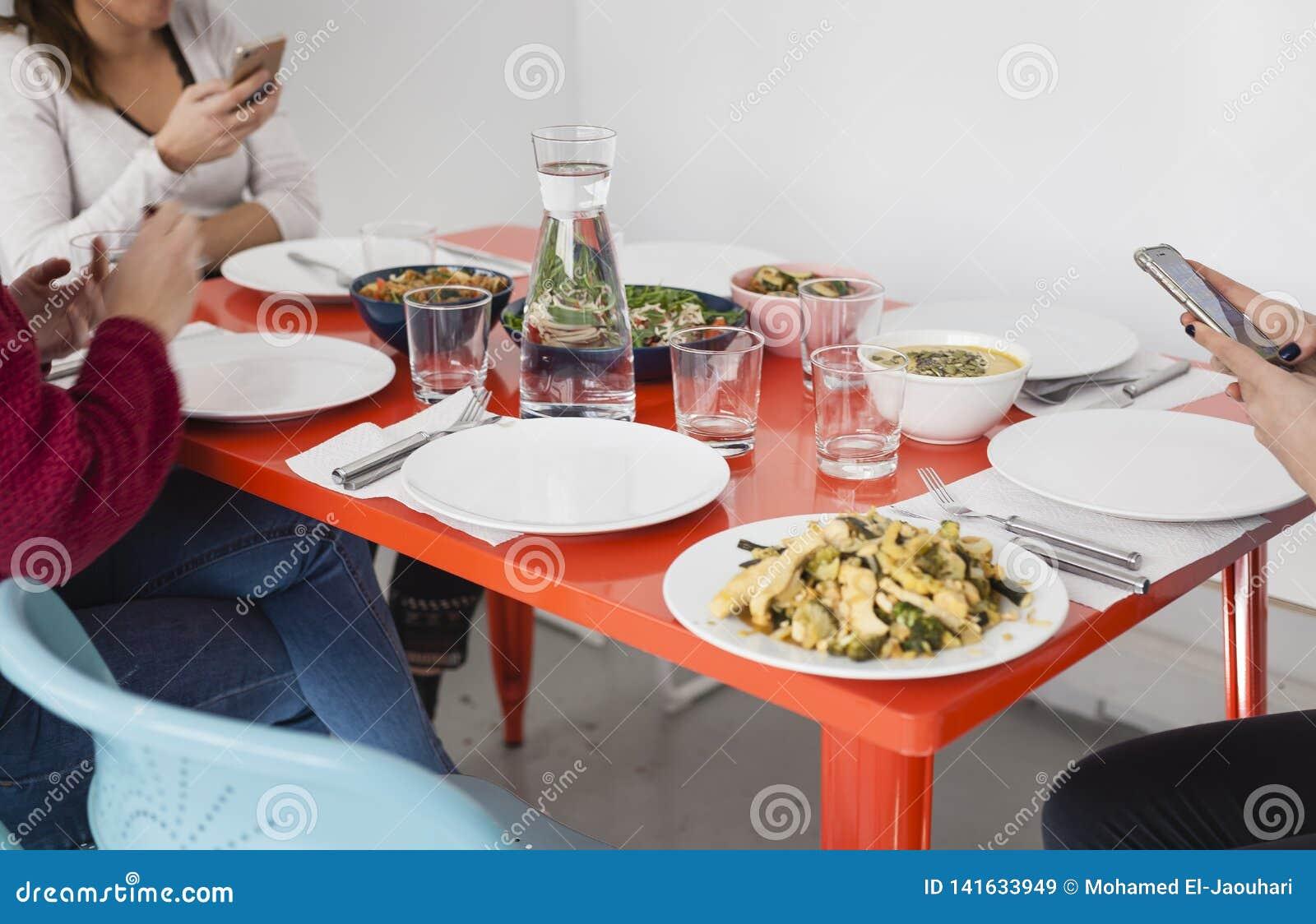 Smartphone usando en la tabla de cena