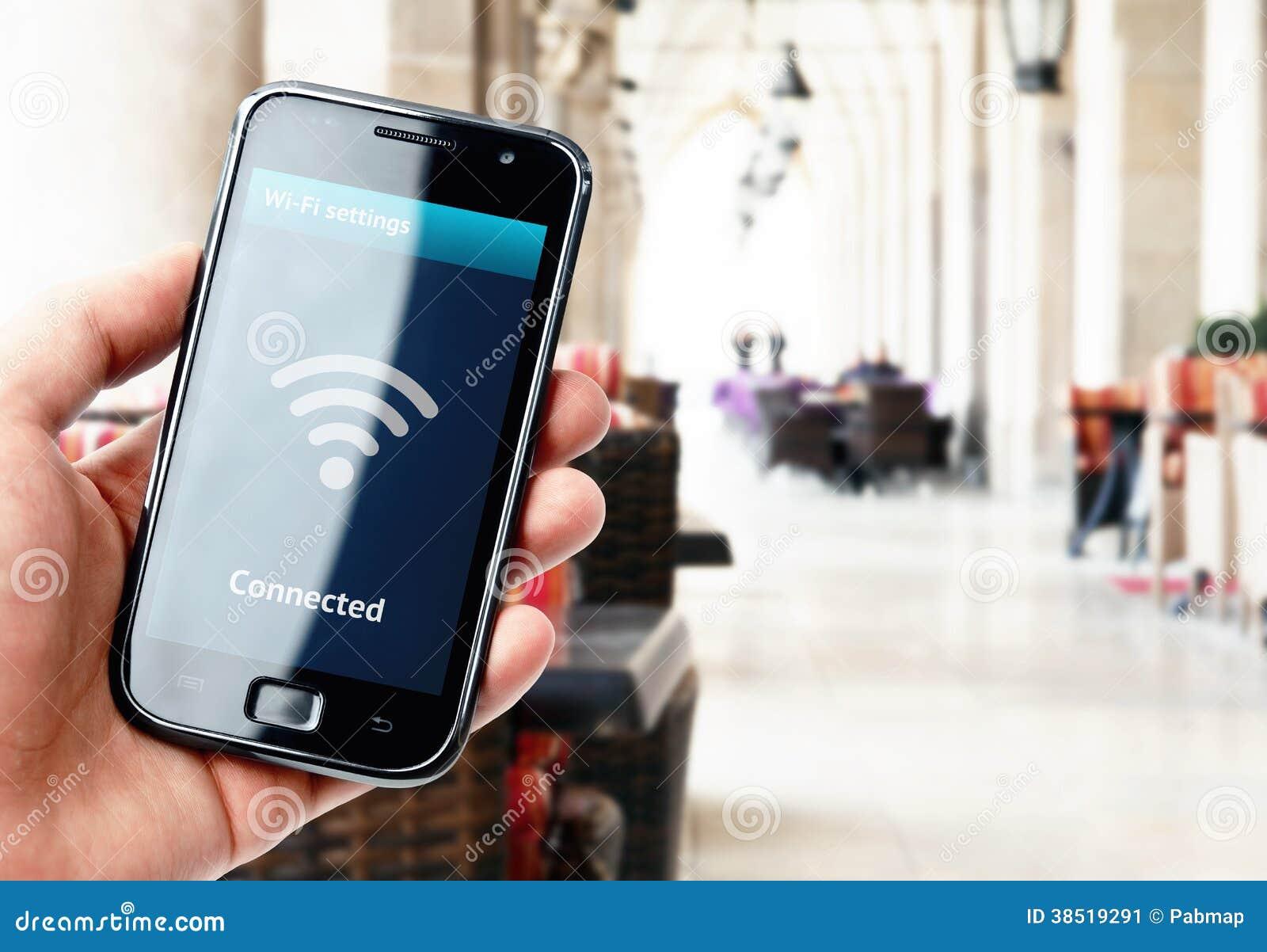 Smartphone van de handholding met WiFi-verbinding in koffie