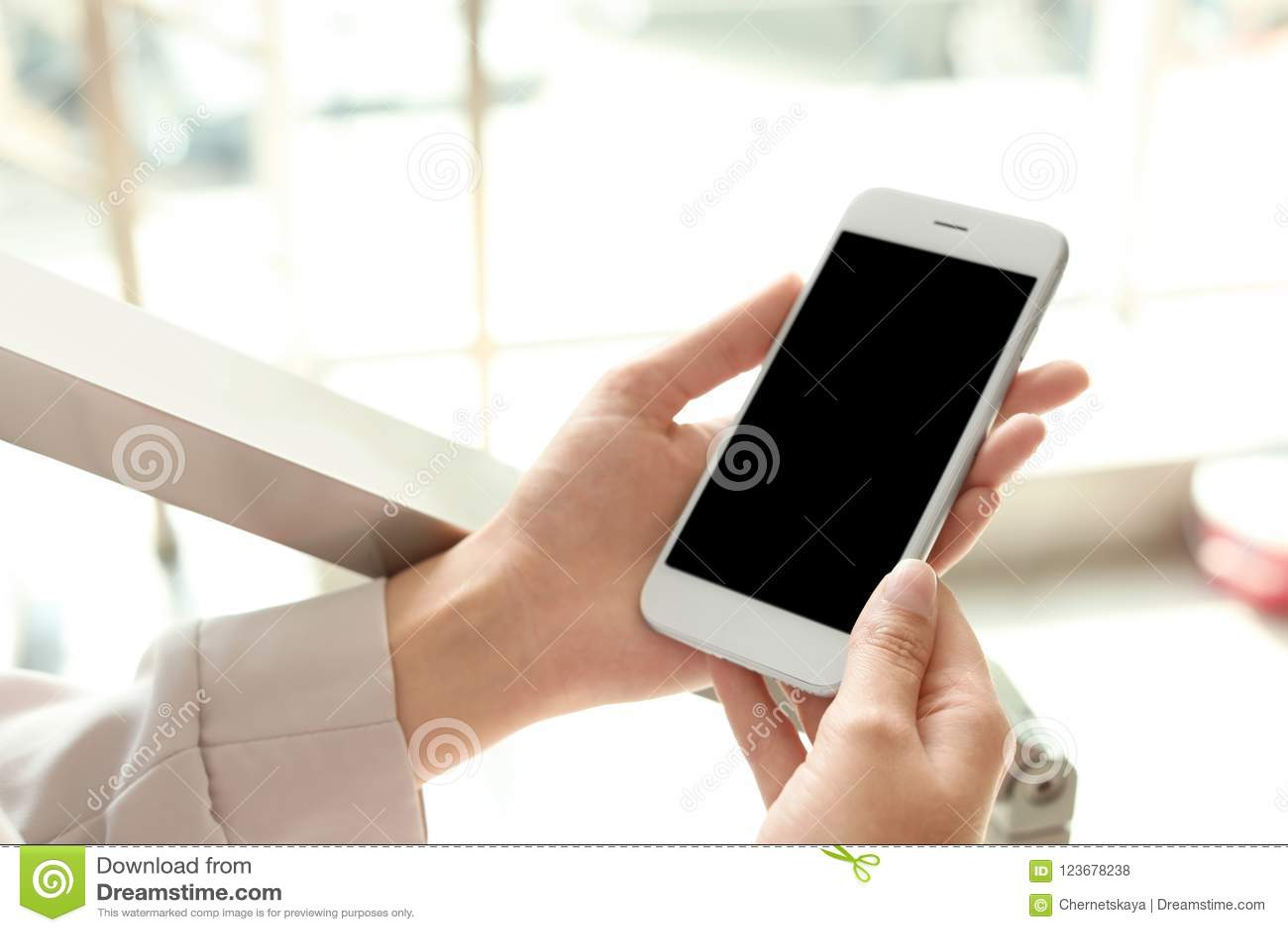 Smartphone van de vrouwenholding met het lege scherm