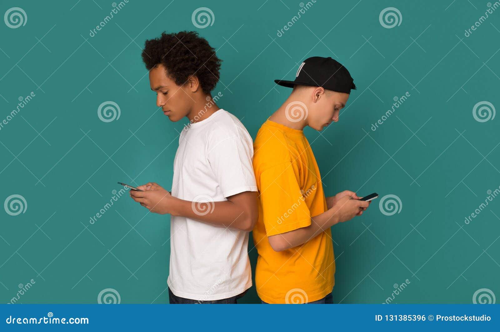 Smartphone-Verslaving Vrienden die zich terug naar elkaar bevinden