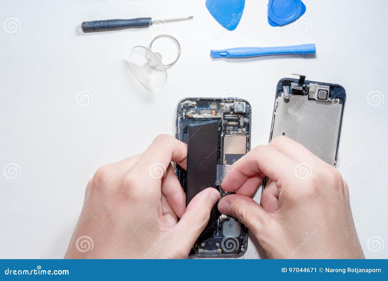 Smartphone was schade en moet herstellen welke hulpmiddelensmartphone die zich op witte achtergrond bevindt