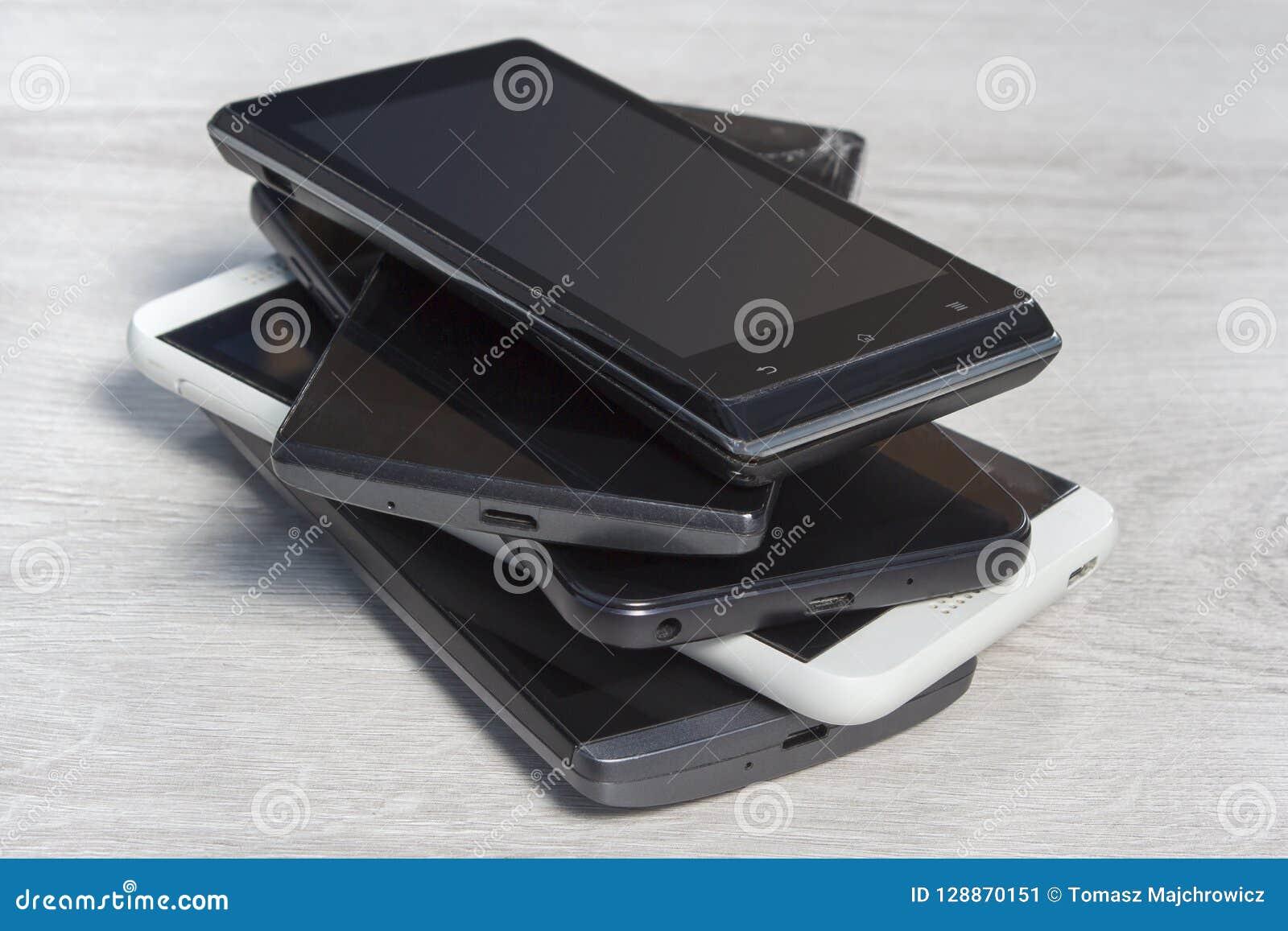 Smartphones bovenop elkaar wordt gestapeld is op de teller die