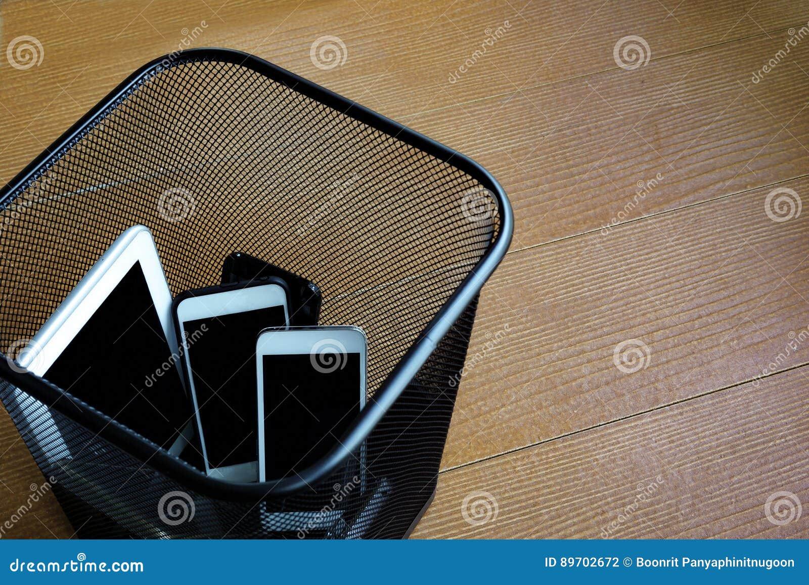 Smartphones dans la poubelle