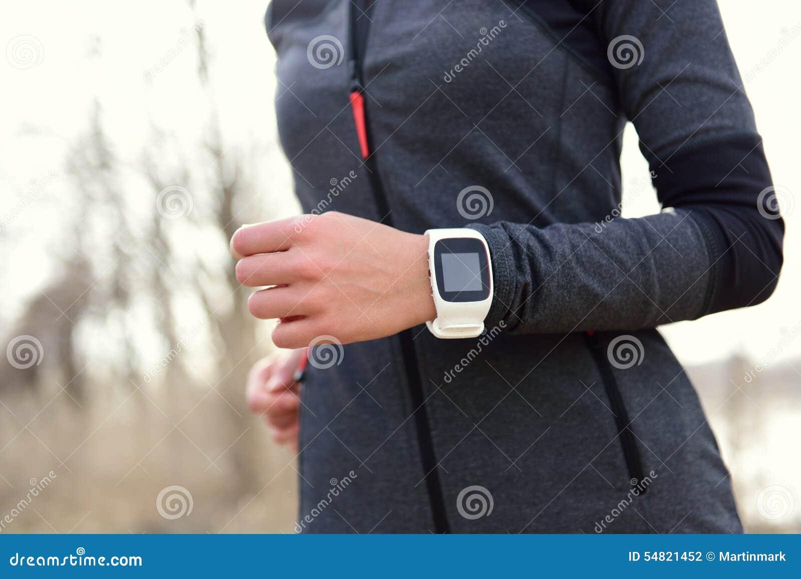 Smartwatch kvinnaspring med bildskärmen för hjärtahastighet