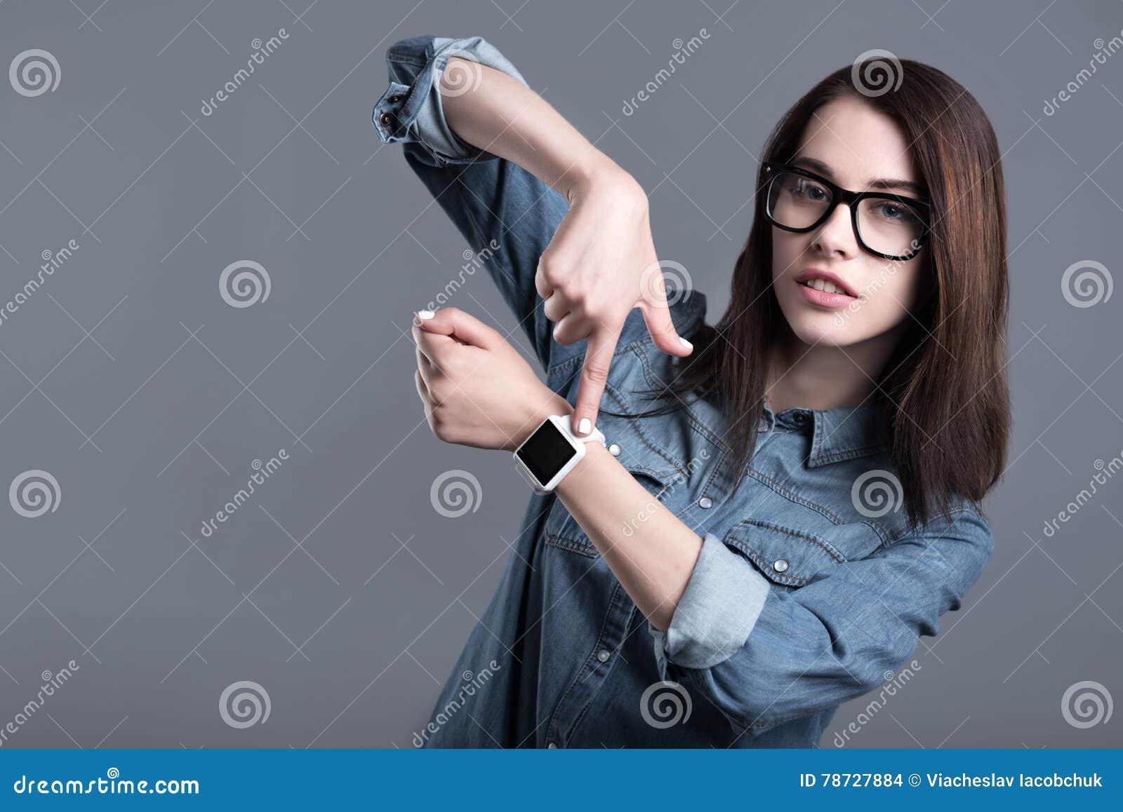 Smartwatch och peka för ung kvinna bärande