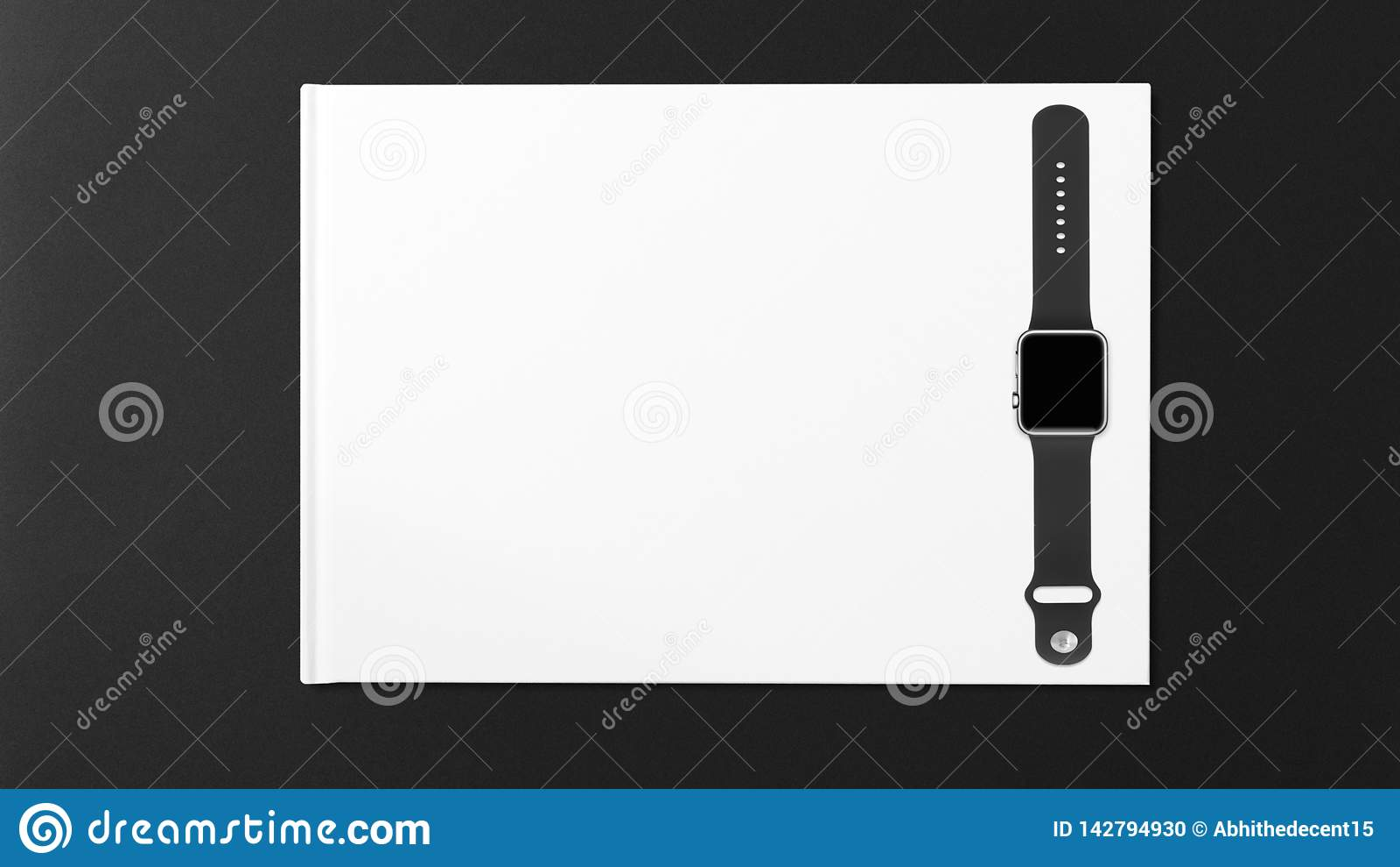 Smartwatch z pustym ekranem na praca stole