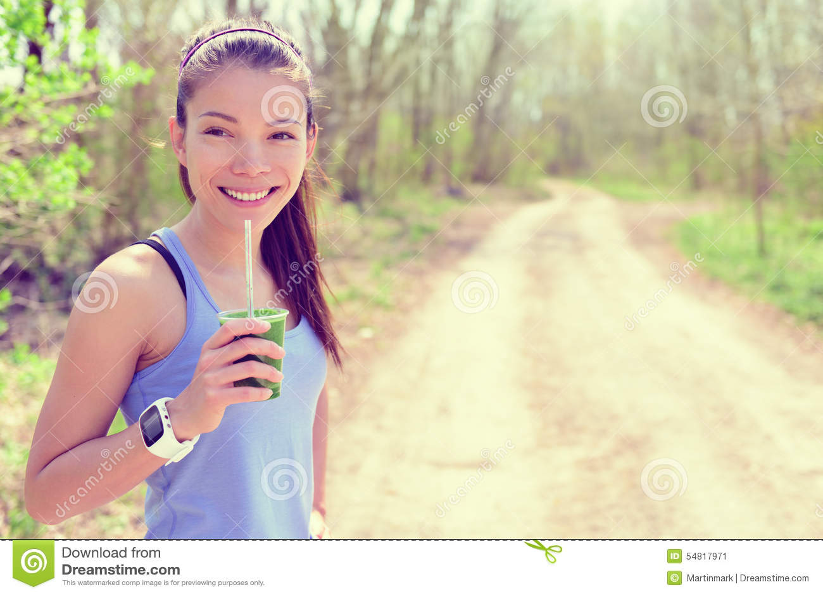 Smartwatchmeisje die gezonde groene smoothie drinken