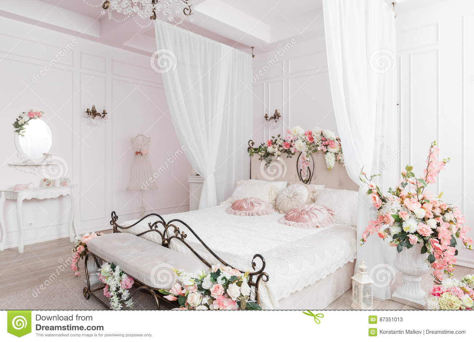 Smeedijzerbed in de zachte lichte ruimte de decoratie van de de