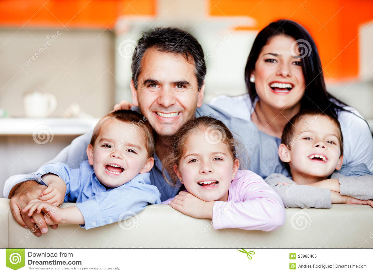 smiley single parents Children who live with a single parent are just as happy as those living with a mother and father, new research has found a study of more than 12,000 seven-year-olds found that the quality of the relationship was more important than the composition of the family the results will question the.