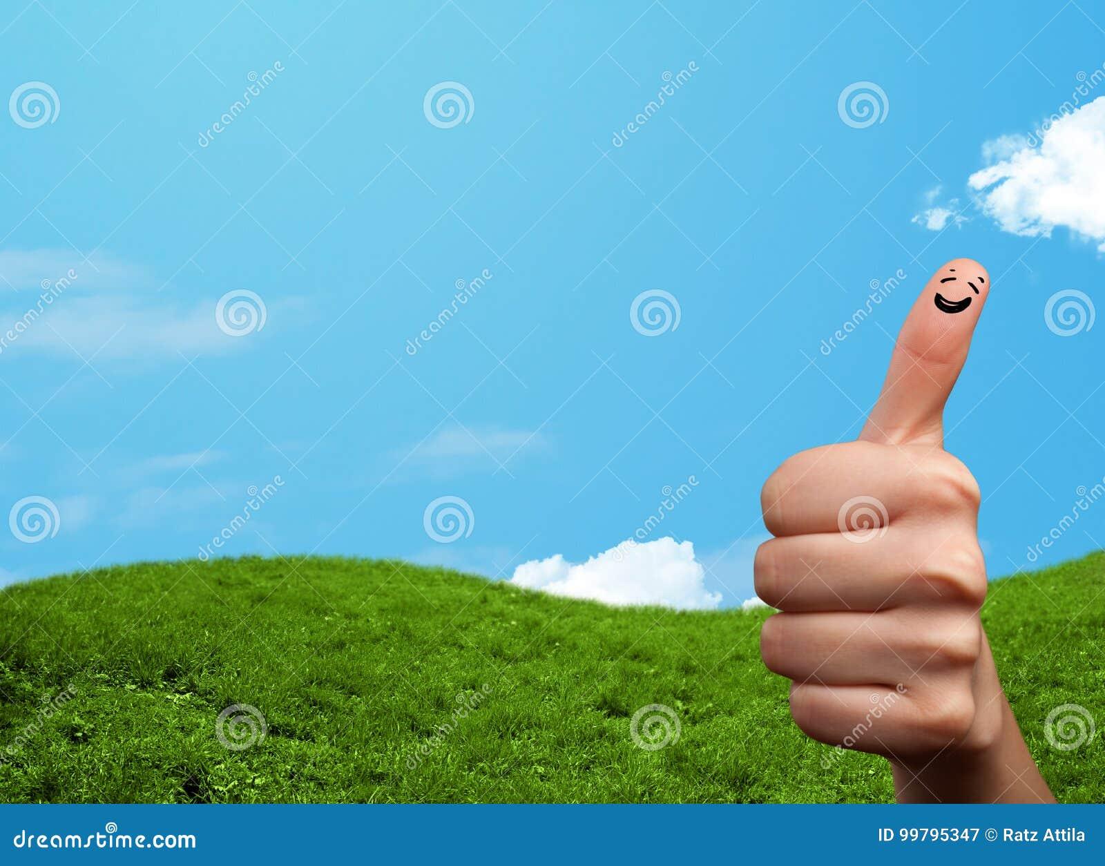 Smiley gais de doigt avec le paysage de paysage au fond