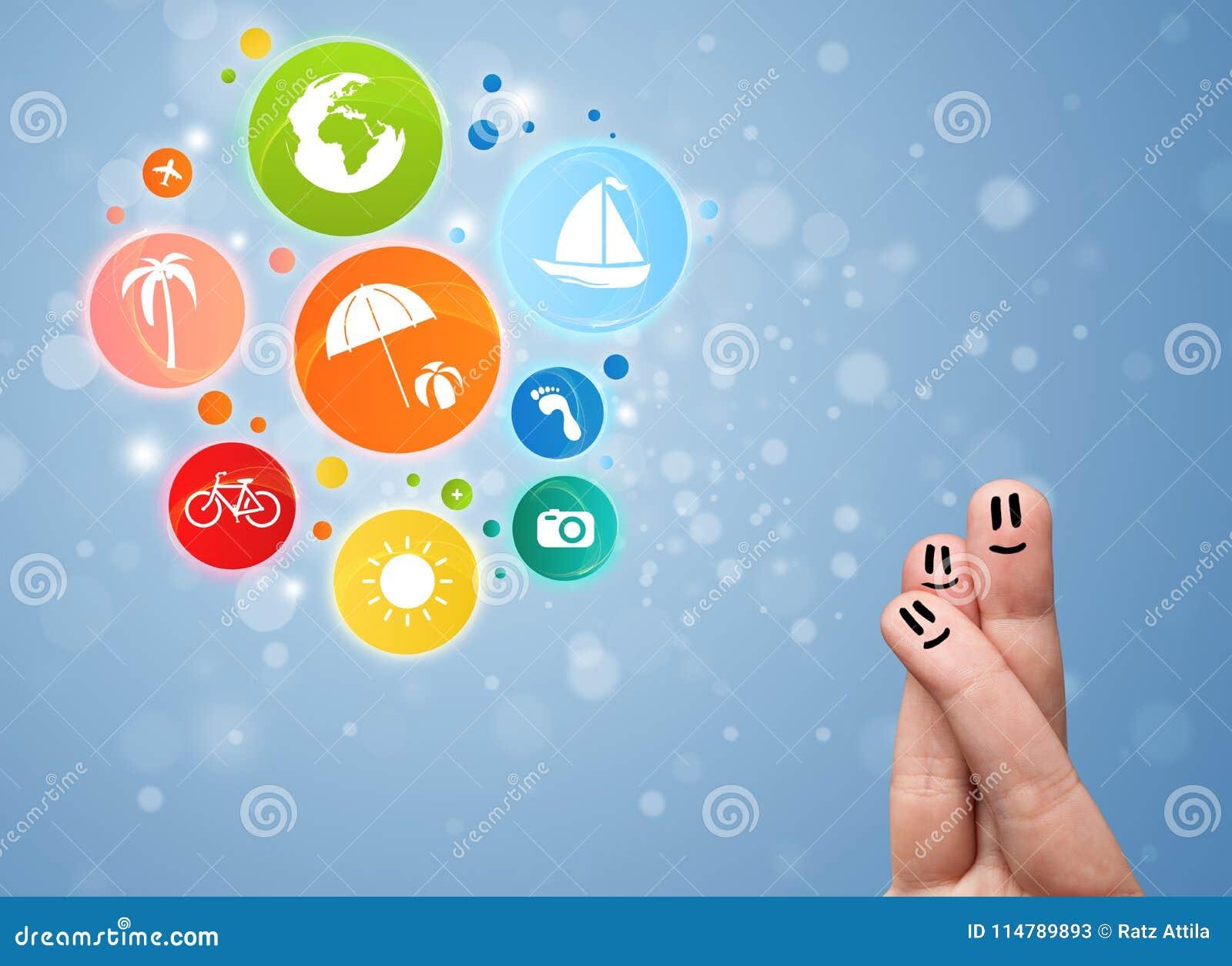 Smiley gais de doigt avec les icônes colorées de bulle de voyage de vacances