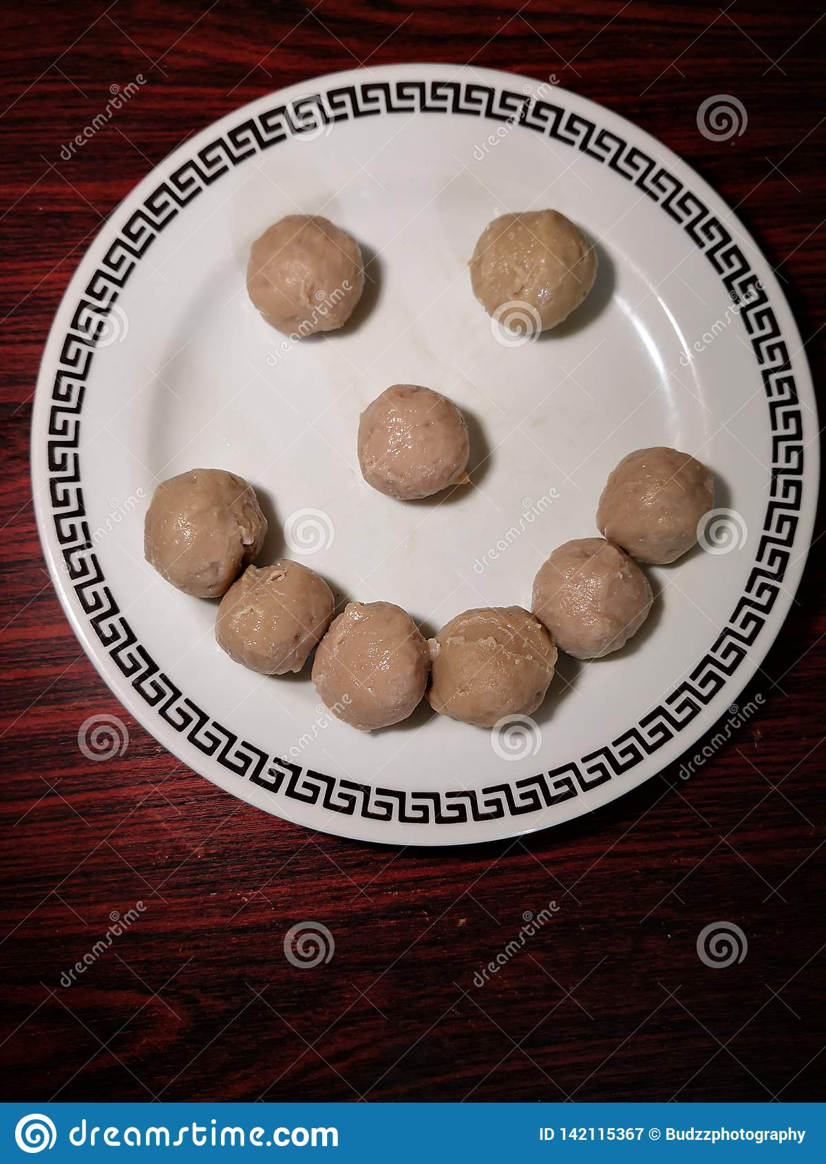 Smiley van vleesballetje Het voedsel maakt ons gelukkig De ruimte van het exemplaar