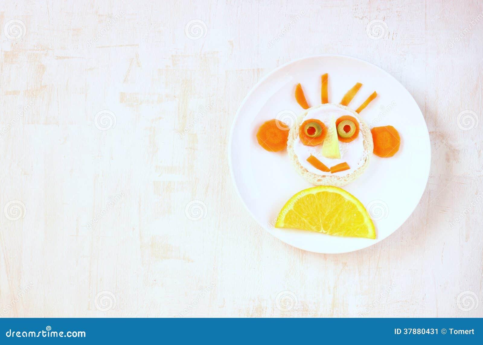 Smileygezicht dat van vruchten en groente wordt gemaakt