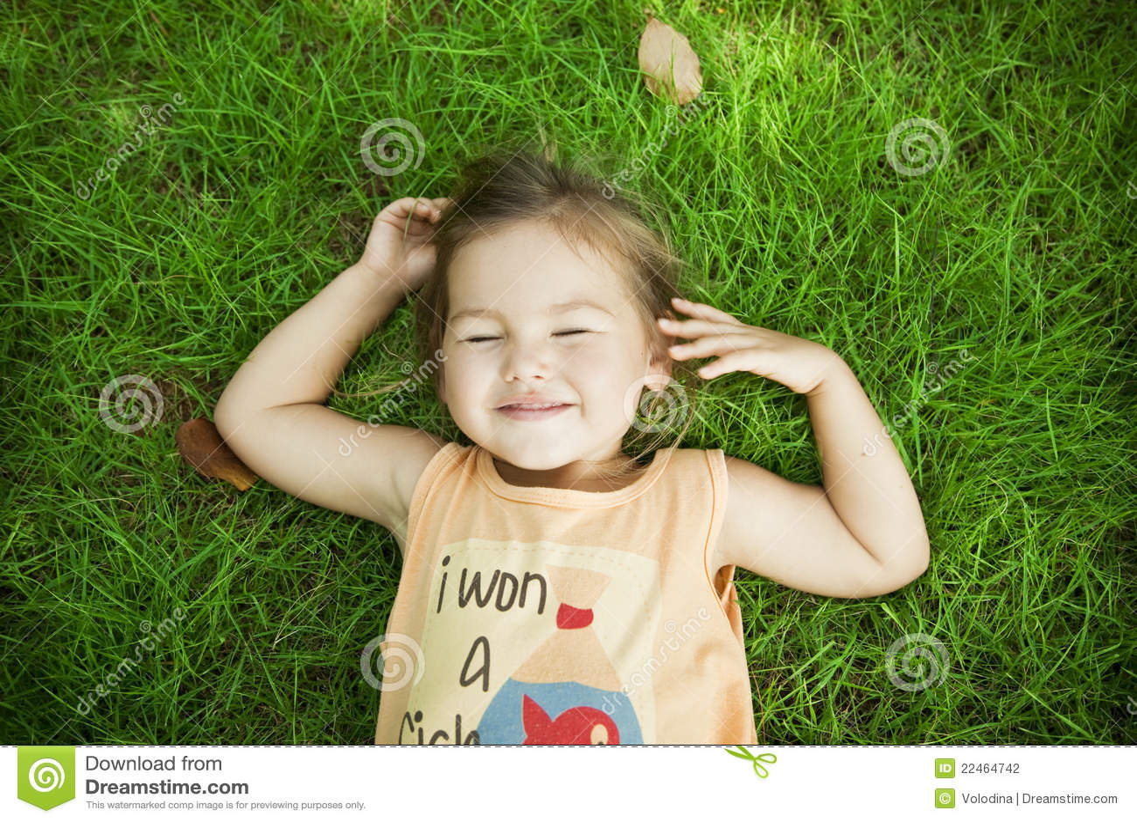 Ребенок лежит на траве фото
