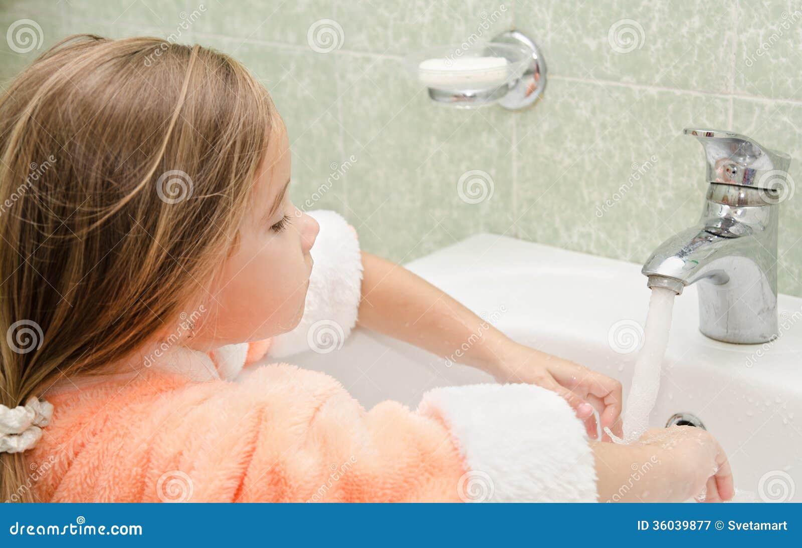 Фото маленька девочка и ее пися, Девочка созрела? Самые скандальные фотосессии юных 33 фотография