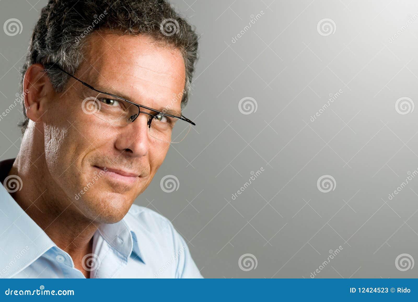 Tippse Mit Brille Und Strümpfen Wird Auf Dem Schreibtisch Gefickt