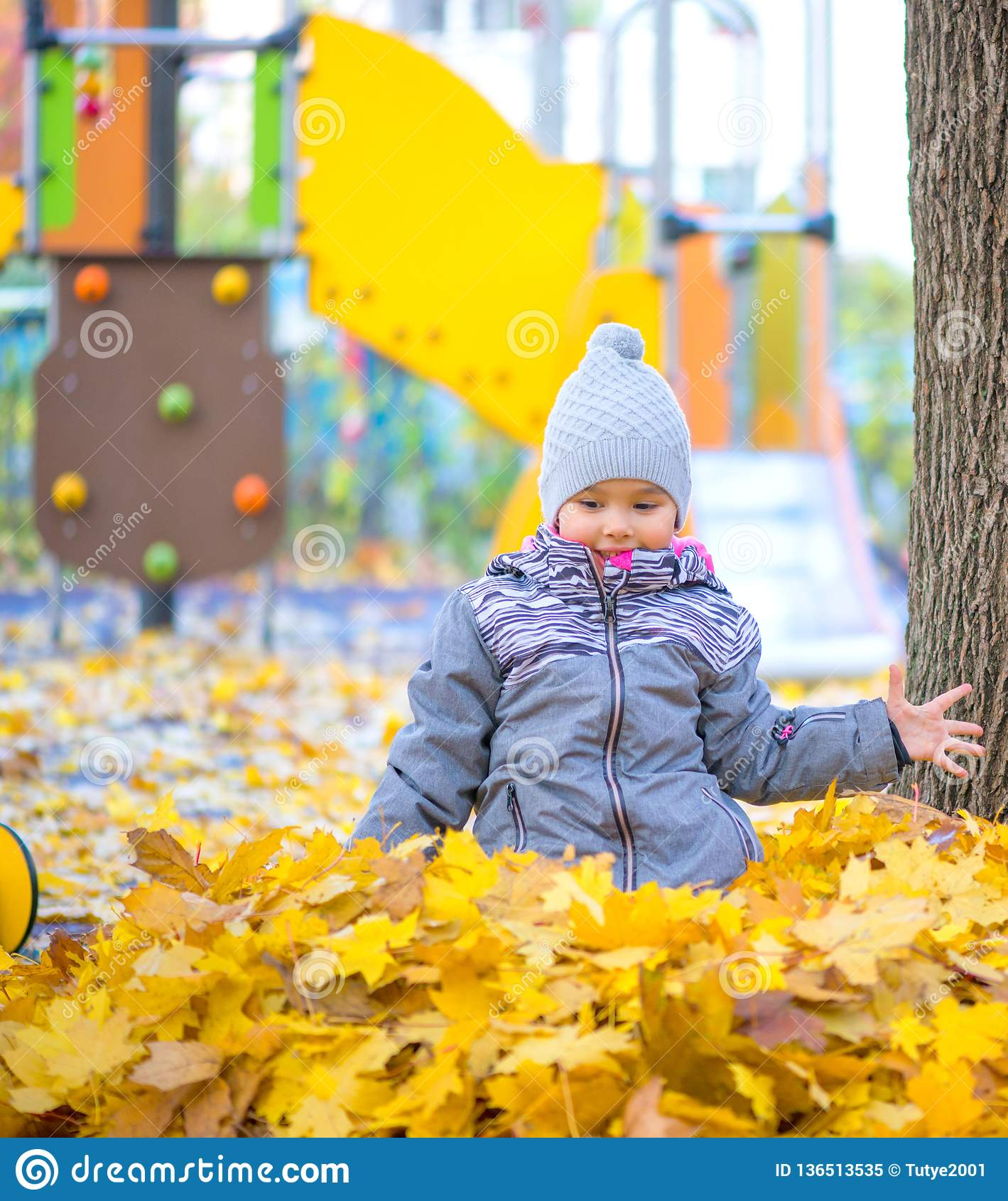 Smilling的女孩使用与叶子和