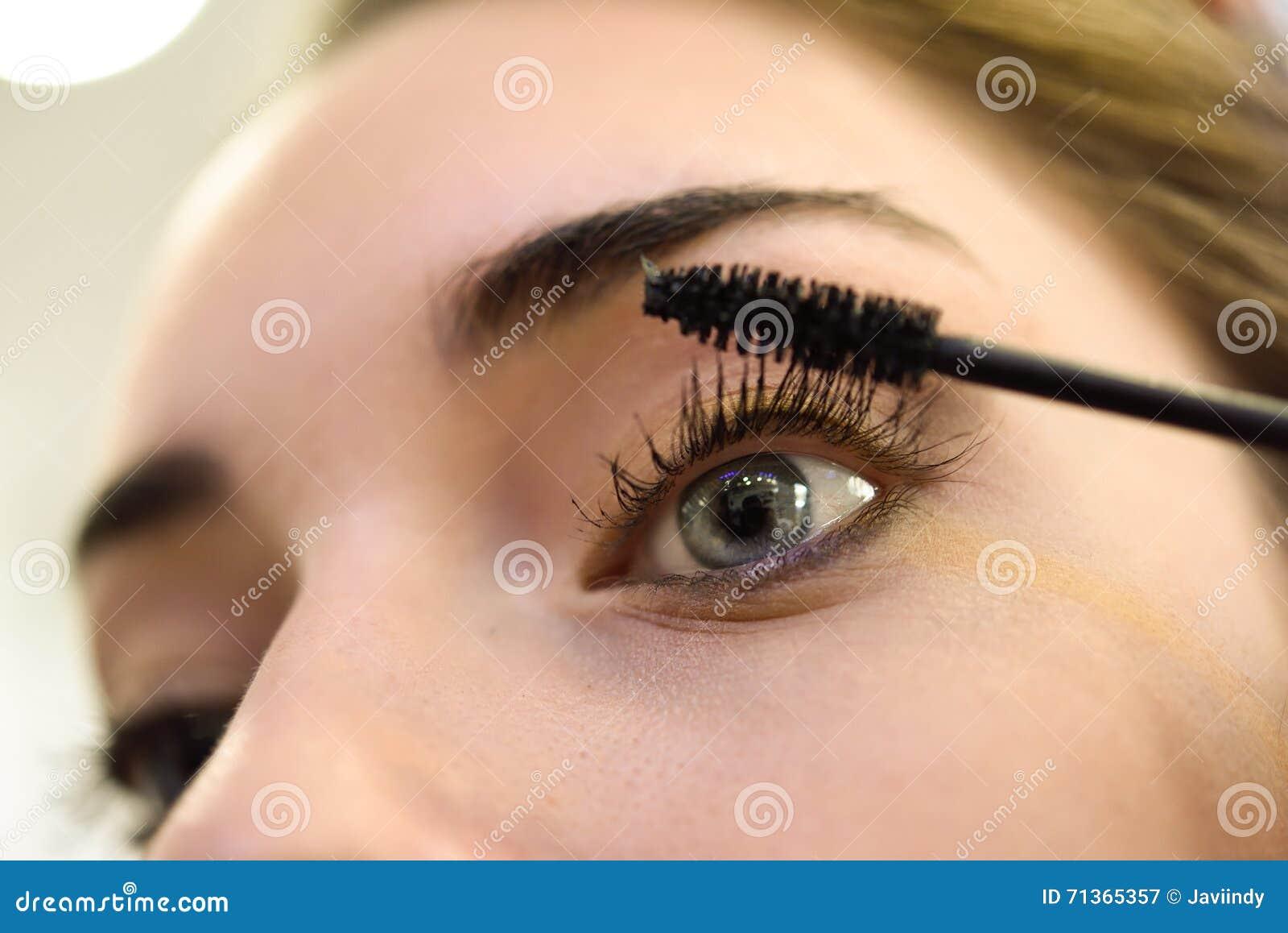 Smink applicera mascara Långa ögonfrans och blåa ögon