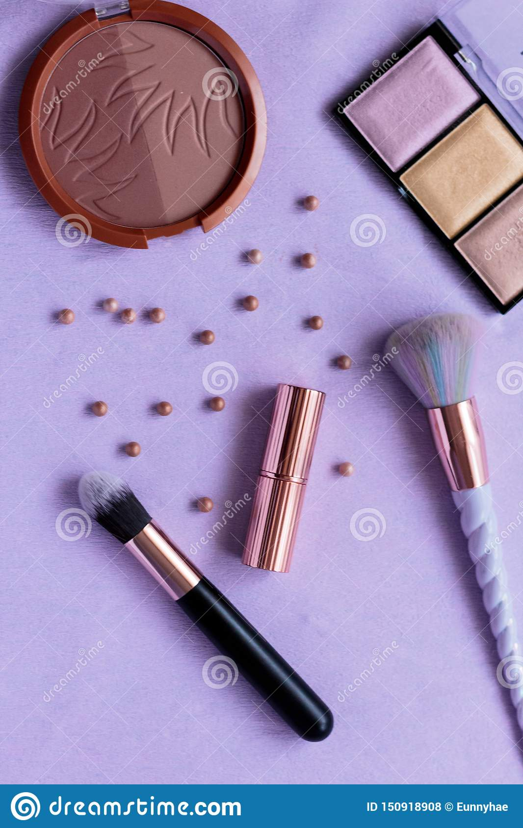 Sminkpaletten, produkter, borstar, highlighteren som drar upp konturerna av pärlor, steg den guld- modellen, enhörningborste