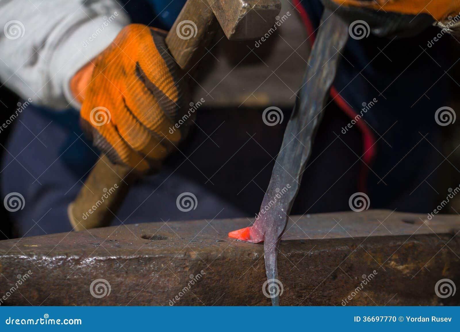 Smith die heet ijzer smeden stock foto afbeelding 36697770 - Ijzer valet smeden ...